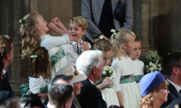 LEKER SEG: Savannah Phillips tuller og tøyser sammen med prins George mens de venter på brudeparet. Foto: NTB Scanpix