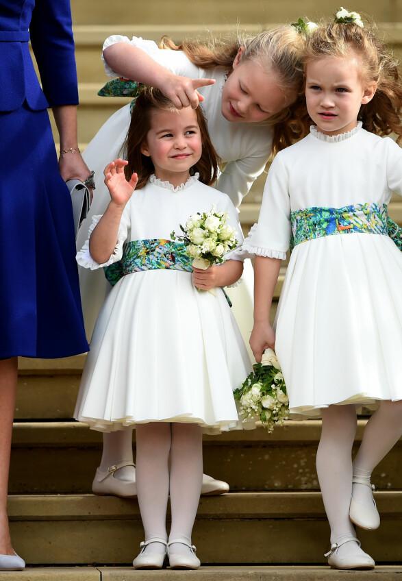 PASSER PÅ: Savannah Phillips viser også stor interesse overfor prinsesse Charlotte. Under bryllupet tok hun tilsynelatende på seg oppgaven om å ta av seg den lille prinsessen. Foto: NTB Scanpix