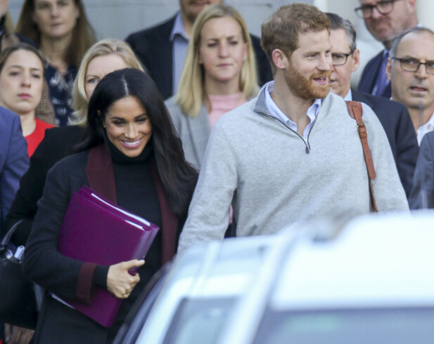 MEGHAN OG HARRY: Hertugparet av Sussex så ut til å være i svært godt humør da de ankom flyplassen i Sydney sent søndag kveld norsk tid. Foto: Splash News/ NTB scanpix