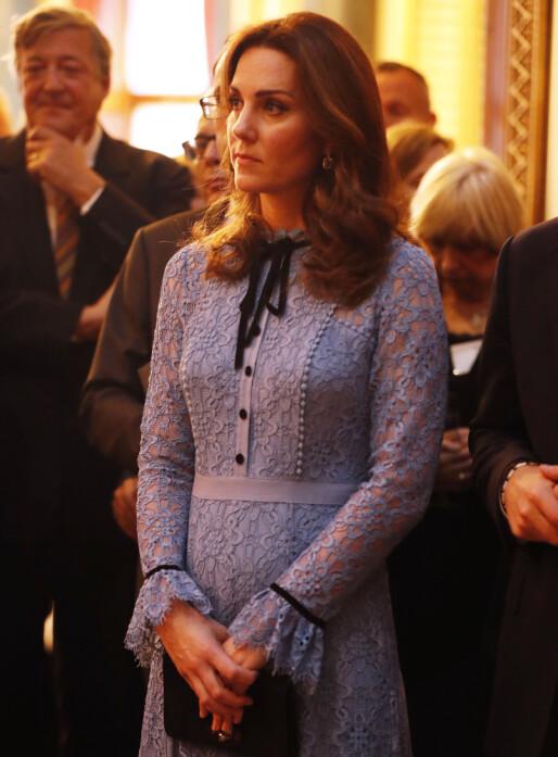VAR SVÆRT DÅRLIG: Hertuginne Kate uteble fra oppdrag i starten av svangerskapet sitt i fjor høst. Her er hun derimot tilbake i rampelyset - under en mottakelse på Buckingham Palace 10. oktober 2017. Foto: NTB scanpix