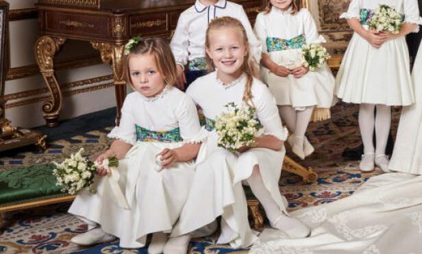 MERKELIG GJENSTAND: Mia Tindall var en av prinsesse Eugenie og ektemannen Jack Brooksbank sine seks brudepiker, og spørsmålet om hva det er 4-åringen holder i hånden har skapt stor diskusjon. Foto: NTB scanpix