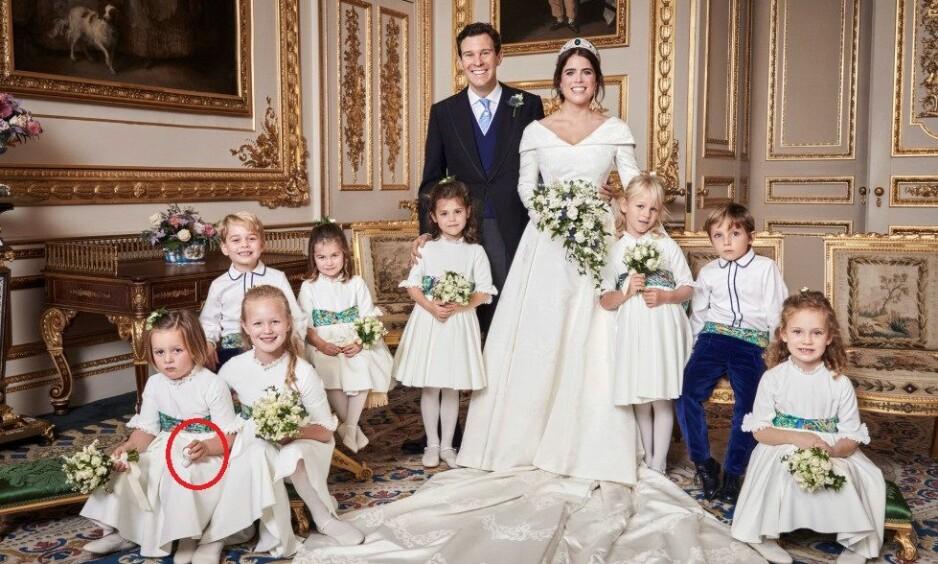 EN SOPP?: Flere har spekulert på hva det er fire år gamle Mia Tindall holder i hånden under bryllupsfotograferingen i helgen. Foto: NTB scanpix