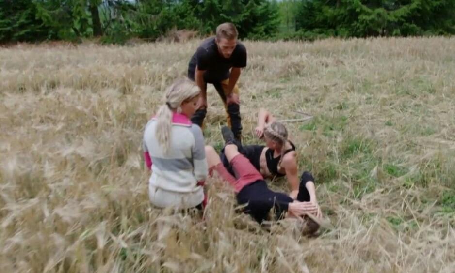 <strong>SKADET:</strong> «Farmen»-deltaker Tonje Frøystad Garvik kom i skade for å stikke ljåen sin inn i leggen til kjæresten, Lene Sleperud, under kveldens episode av realityserien. Foto: TV 2
