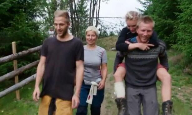 <strong>GOD HJELP:</strong> Kjetil Nørstebø bar Lene Sleperud ned til storbondehuset, der hun fikk behandling av en lege. Foto: TV 2