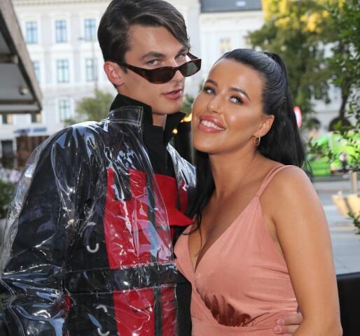 MED EKSEN: Melina Johnsen på reality-seriens premierefest i august, sammen med sin daværende kjæreste, Adrian Sellevoll. Foto: Andreas Fadum/ Se og Hør
