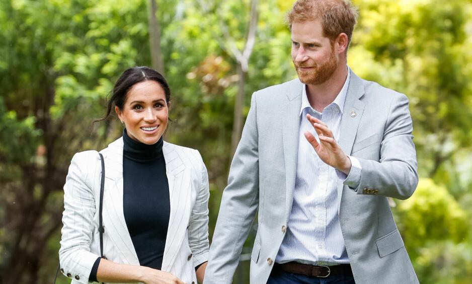 <strong>OVERIVRIG:</strong> Prins Harry og gravide hertuginne Meghan er for tiden på besøk rundt om i Australia. Søndag deltok de på et arrangement sammen, der prinsen tok seg god tid til å prate med fansen. Én kommentar stikker seg derimot ut, og flere mener nå at han kan ha avslørt kjønnet på babyen. Foto: NTB scanpix