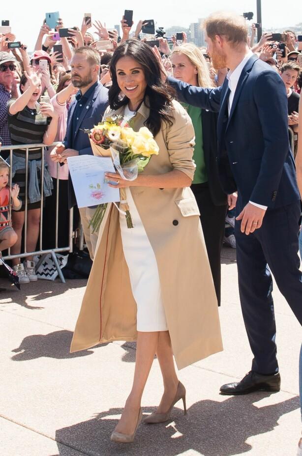 <strong>GLADE TURISTER:</strong> Det er mange som har gratulert hertuginne Meghan med svangerskapet. Prins Harry kan ha avslørt kjønnet i et øyeblikk av overtenning, mener flere medier. Foto: NTB scanpix