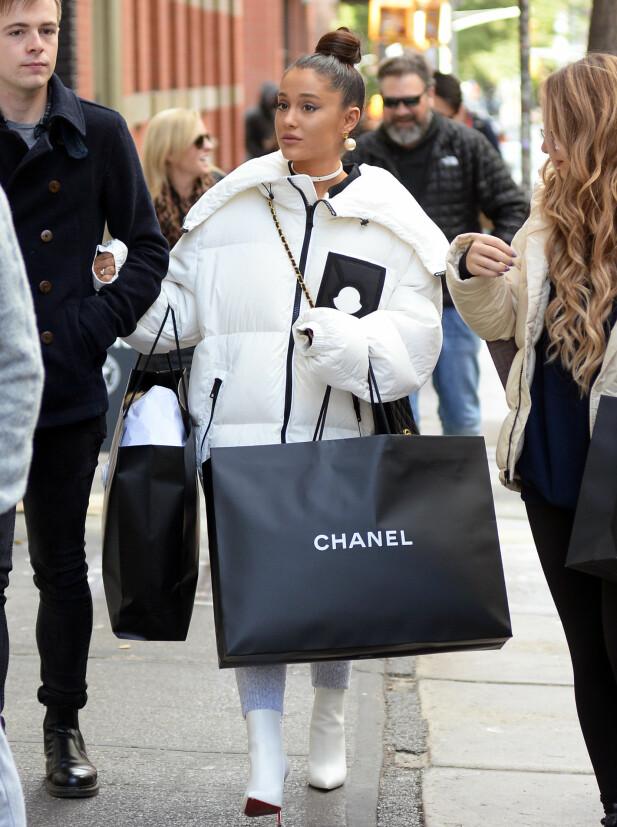 <strong>ARIANA GRANDE:</strong> Pete Davidsons eksforlovede ble avbildet på shopping med venner i New York i helgen. Foto: Splash News/ NTB scanpix