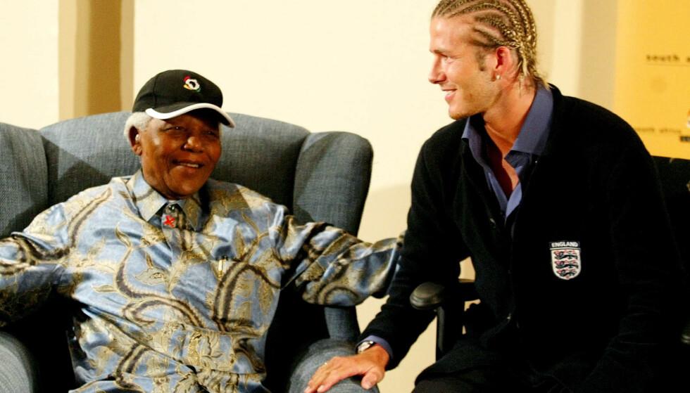 <strong>MENER SVEISEN ØDELEGGER BILDET:</strong> David Beckham under møtet med Nelson Mandela i 2003. Foto: NTB Scanpix