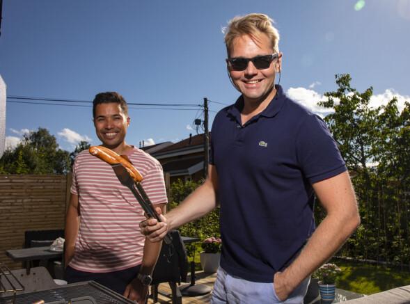 JUKSEKOKKEN: Selv om «Åsted Norge»-programlederen leker med grillen i hagen, innrømmer han gjerne at det er kjæresten som først og fremst er chefen i forholdet. Foto: Tor Lindseth