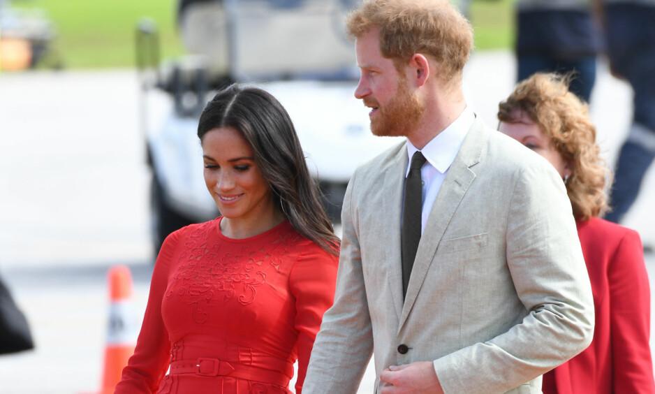 PÅ BESØK: Torsdag ankom hertuginne Meghan og prins Harry den lille øya Tonga, der kjolen Meghan bar vakte oppsikt av én spesiell grunn. Foto: NTB Scanpix