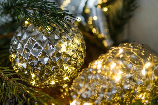 <strong>DET LILLE EKSTRA:</strong> Julepynt i glass er manges favoritt. Lysene er batteridrevne og fås som kongle, kule eller stjerne.