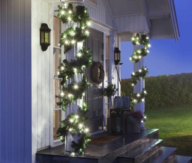 <strong>VARMHVITE LYS TIL KALDE VINTERKVELDER:</strong> Dekorer balkong, veranda eller inngangsparti med en naturtro og stemningsfull girlander. Lenken er 5 meter lang med 80 LED-lyskan som kan brukes både inne og ute.