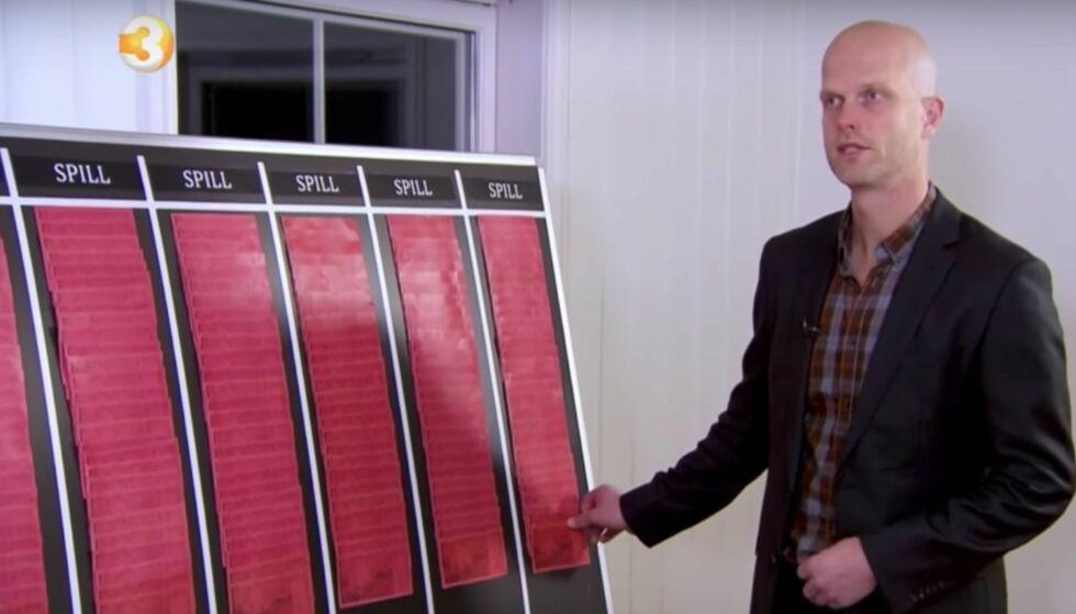 DYSTRE TALL: Selv om de røde sedlene er falske, er de likevel fullt lovlig å bruke. Foto: TV3