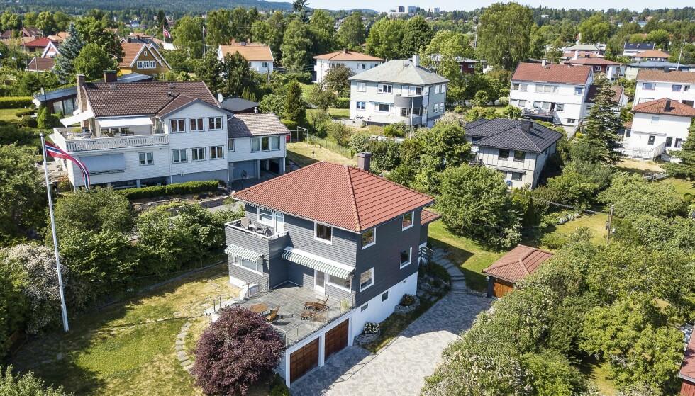 FLYTTET INN: I denne funkisvillaen på Tåsen i Oslo flyttet familien på tre inn. Den gikk to millioner over prisantydning. Foto: Tor Lindseth