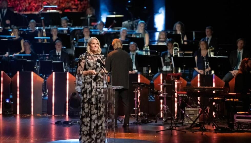PÅ SCENEN: Mette-Marit hadde æren av å dele ut Nordisk råds litteraturpris. Foto: Johannes Jansson/norden.org