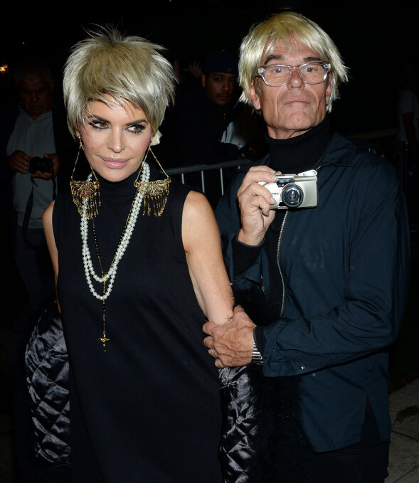 <strong>DYNAMISK DUO:</strong> Realitystjerne Lisa Rinna og ektemannen Harry Hamlin ankom som duoen Edie Edie Sedgwick og Andy Warhol. Foto: NTB scanpix