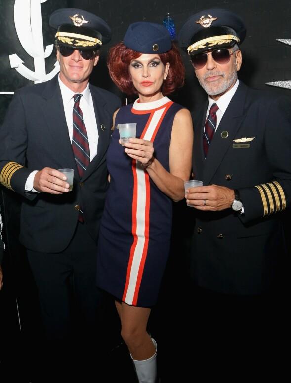 <strong>TREKLØVER:</strong> Rande Gerber, Cindy Crawford og George Clooney kledde seg ut som henholdsvis piloter og flyvertinne på fest i Las Vegas i helgen. Foto: NTB scanpiix