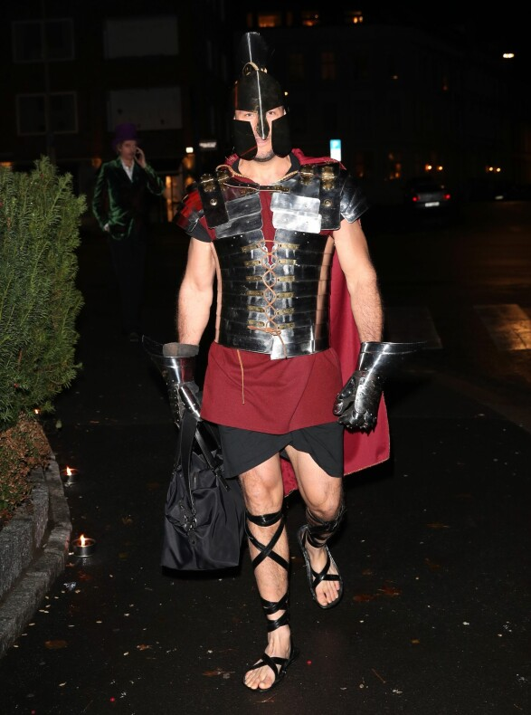 <strong>KRIGERSK:</strong> Aksel Lund Svindal ankom festen som en romersk kriger. Foto: Andreas Fadum / Se og Hør