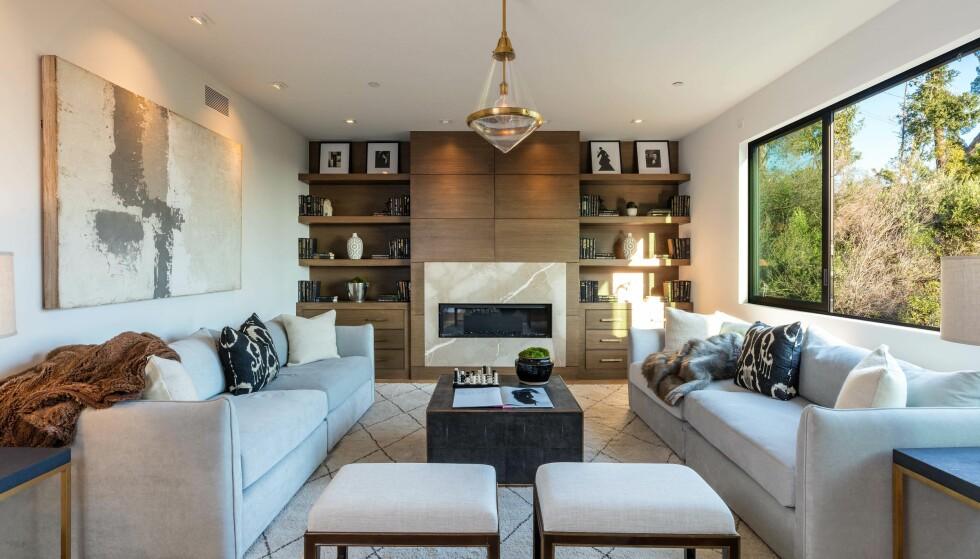 <strong>HYGGE:</strong> I denne stuen kan man varme seg godt foran peisen på kalde vinterdager. Det er også god plass for vesle Stormi til å krabbe rundt. Foto: NTB scanpix