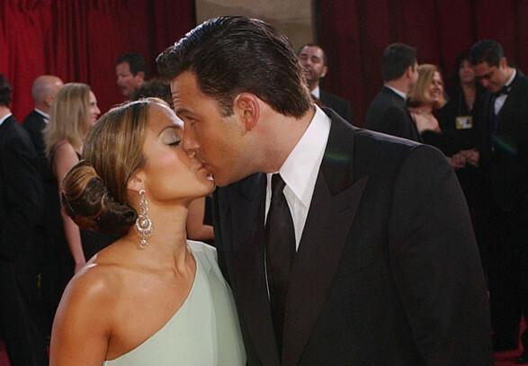 <strong>KLINTE TIL:</strong> Det tidligere paret klinte til på den røde løperen under Oscar-utdelingen i 2003. Foto: NTB scanpix