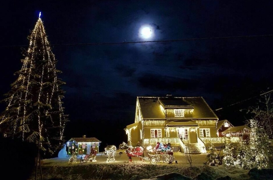 «ÅRETS JULEHUS»: Det koselige huset til Kjell Rune Strømstad og samboeren Ruth Nyhaven i Evje og Hornnes kommune, ble i fjor kåret til «Årets julehus». Så mange som 12.000 lys fra Europris gikk med til dekoreringen.
