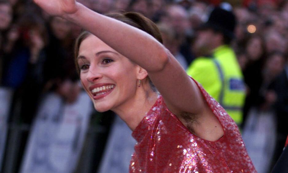 <strong>BLE HYLLET:</strong> I 1999 vekket Hollywood-stjernen Julia Roberts oppsikt da hun møtte opp på rød løper med hår under armene. I et nytt intervju forklarer hun at det hele egentlig var en kjoletabbe. Foto: NTB scanpix