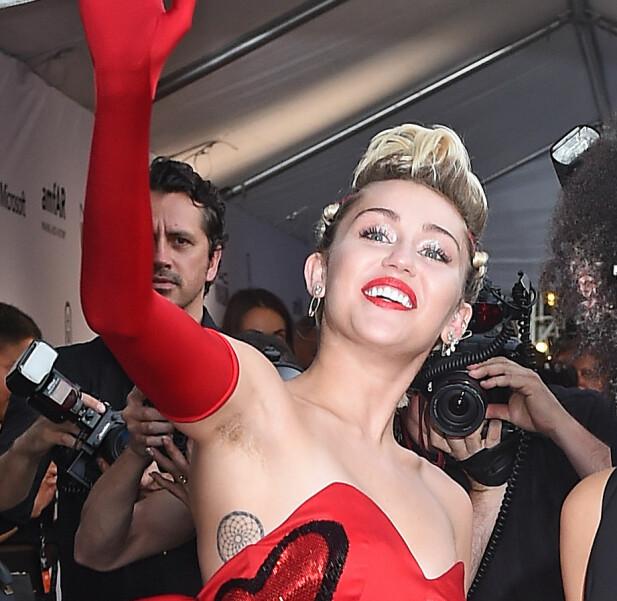 <strong>HÅRETE ARMHULER:</strong> Popstjernen Miley Cyrus på rød løper i New York i 2015, med hår under armene. Foto: Splash News/ NTB scanpix