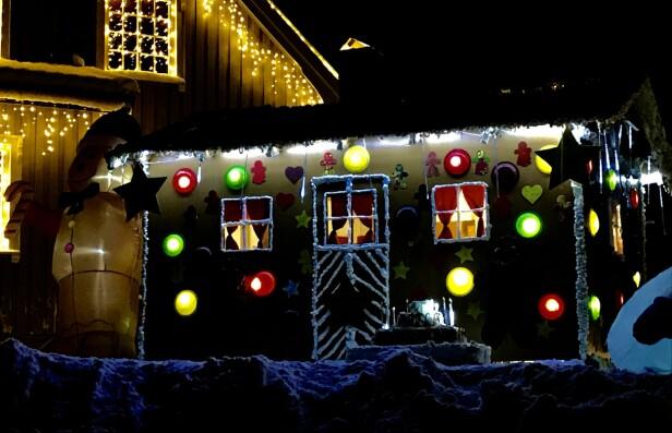 PEPPERKAKEHUS: Fjorårets tema ble en stor suksess, spesielt blant barna. Huset ble bygget av huntonittplater og pyntet med tallerkener og byggskum, i tillegg til julebelysning fra Europris.