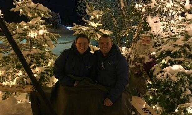 KOS I HAGEN: Ruth Nyhaven og Kjell Rune Strømstad rekker en pust i bakken mellom all pyntingen på den koselige julebenken i hagen deres.