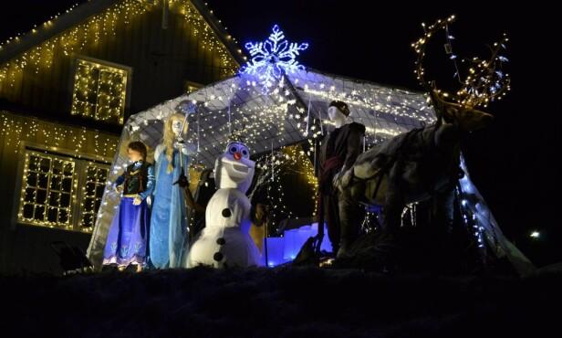 FILMTEMA: I 2016 var temaet fra filmen «Frost». Filmen ble spilt på vinduene som var gjort om til lerret, og i hagen lyssatte Strømstad karakterene.