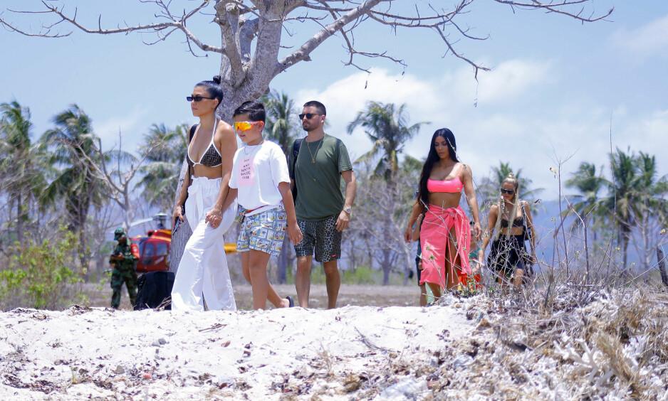 FAMILIEFERIE: Kourtney, sønnen Mason, Scott Disick, Kim Kardashian og Khloé (helt bakerst) så ut til å nyte sol og varme på den indonesiske øya Bali. Foto: NTB scanpix