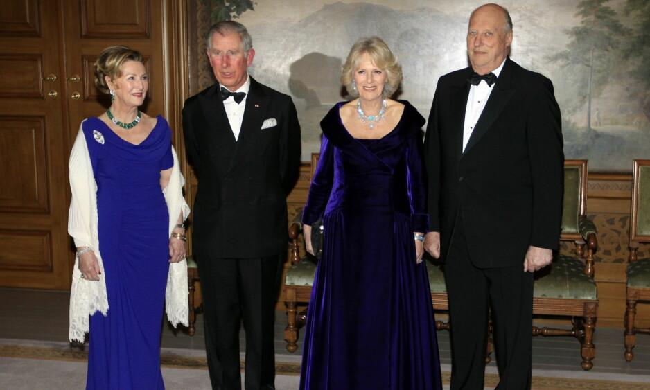 BEDT I BURSDAG: Kongen og dronningen er blitt invitert til prins Charles' 70-årsfeiring i England. Her er dronning Sonja, prins Charles, hertuginne Camilla og kong Harald avbildet på Slottet i 2012, under et offisielt besøk fra Charles og Camilla. Foto: NTB Scanpix