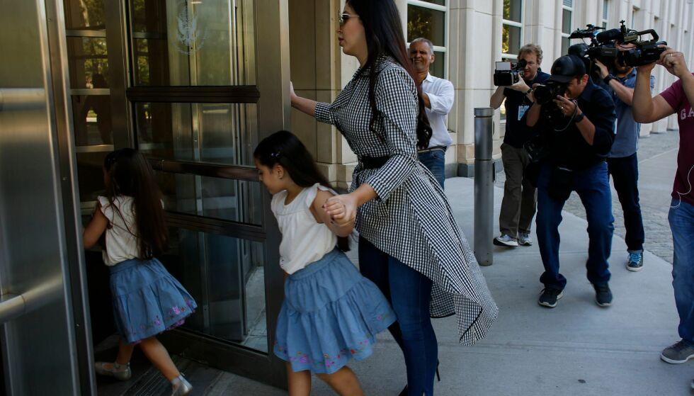 TIL STEDE: Emma står ved ektemannens side. Her med døtrene på vei inn i rettslokalet. Foto: NTB Scanpix