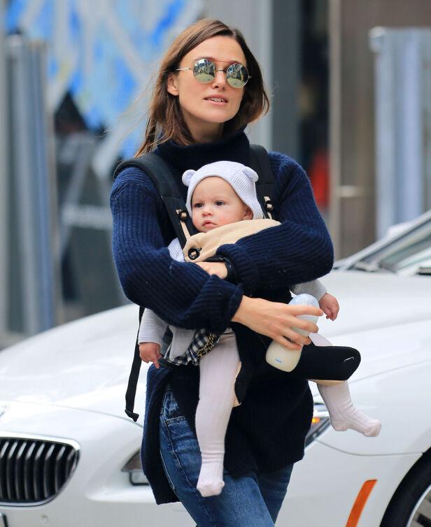 MED DATTEREN: Her er Keira og Edie ute på tur i New York. Foto: NTB Scanpix
