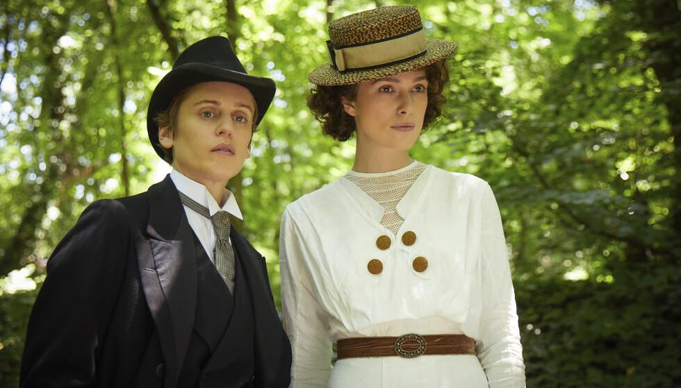 FILMAKTUELL: Keira Knightley (t.h.) i en scene fra «Colette» sammen med Denise Gough. Foto: Robert Viglasky/ Bleecker Street via AP/ NTB scanpix
