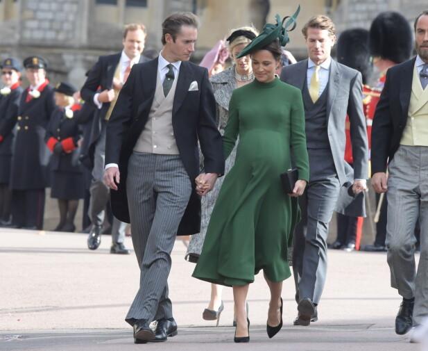 <strong>HØYGRAVID:</strong> Pippa Middleton og James Matthews gjestet bryllupet til prinsesse Eugenie få dager før fødselen i midten av oktober. Foto: NTB scanpix