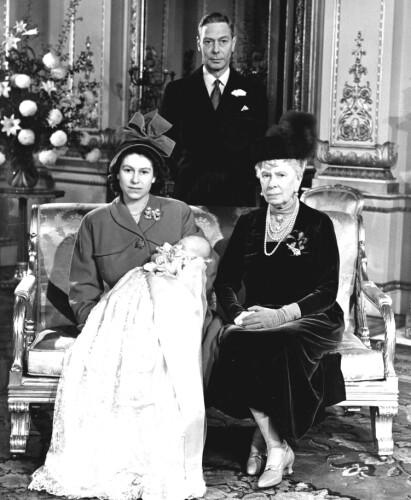 NYTT MEDLEM: Et av de første offisielle bildene av prins Charles, sammen med mor Elizabeth, oldemor Mary og bestefar kong George VI. Dette er tatt under dåpen. Foto: NTB Scanpix