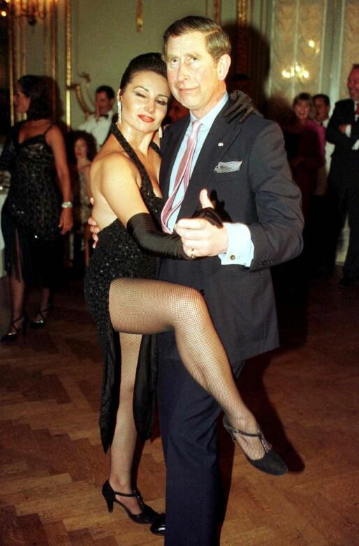 SKØYER: Prins Charles danser tango med Adriana Vasile under en presidentmiddag i Buenos Aires i 1999. Foto: AP/ NTB scanpix