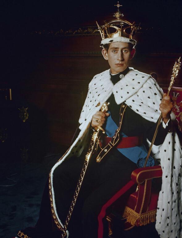 KOMMENDE KONGE: Prins Charles avbildet i 1969, i forbindelse med sin offisielle innsettelse som prins av Wales og jarl av Chester. Han ble kronet av sin mor dronning Elizabeth på Caernarfon Castle i Wales 1. juli det året. Begivenheten ble sendt på TV. Foto: AP/ NTB scanpix