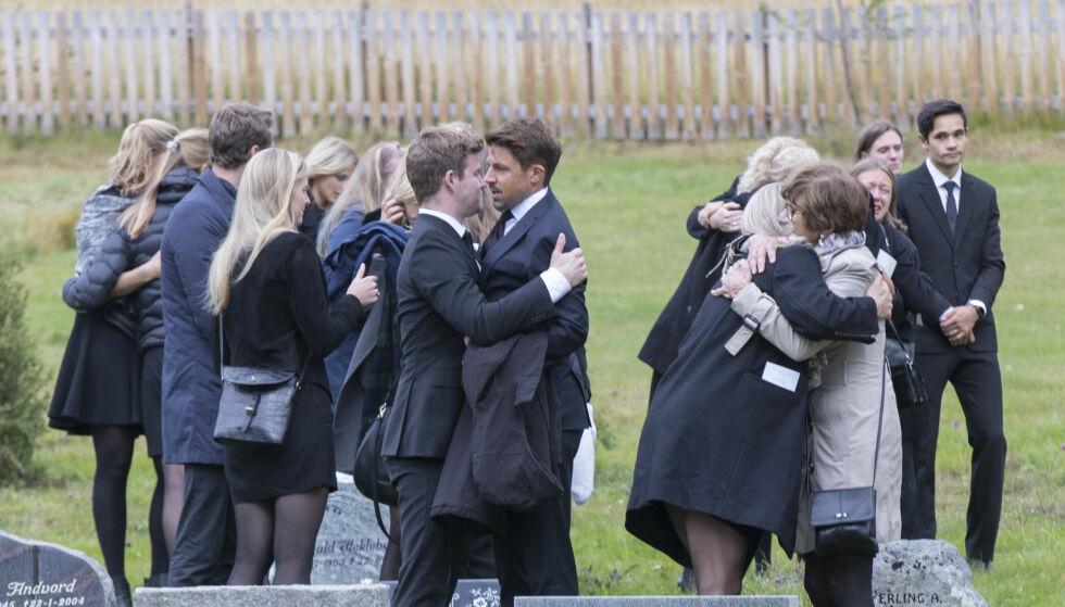 FARVEL: Nils-Ingar Aadne bar Ida Eides kiste ut av Lidar kirke i Øystre Slidre. Her får han en klem av NRK-profil Nicolay Ramm etter begravelsen. Foto: NTB scanpix