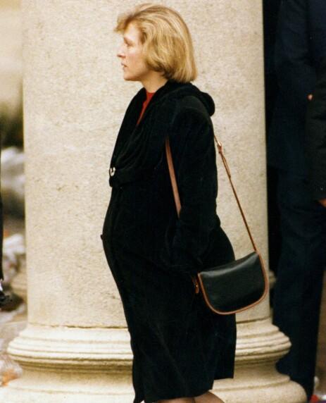 MEDIESKY: Mary Austin blir sjelden avbildet i offentligheten. Her under begravelsen til Freddie Mercury i 1991. Foto: NTB Scanpix