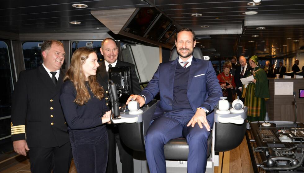 KOSTE SEG: Kronprinsen så ut til å storkose seg i kapteinstolen. Foto: Rune Stoltz Bertinussen / NTB Scanpix