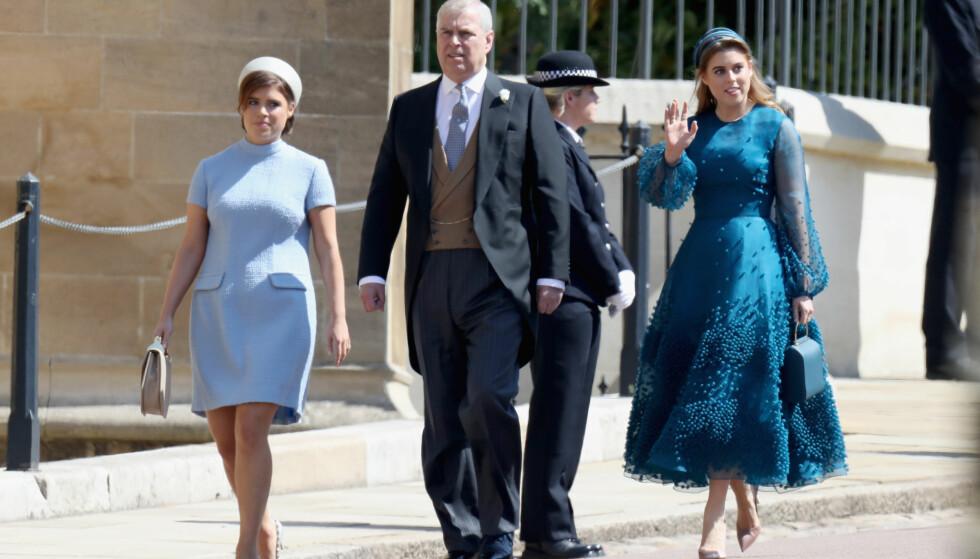 <strong>PRINSEBRYLLUP:</strong> Eugenie og Beatrice ankom Harry og Meghans bryllup sammen med deres far, prins Andrew. Foto: NTB Scanpix