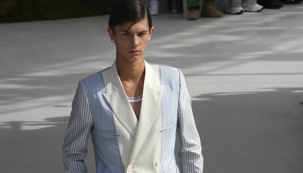 LEGGER SEG FLAT: Prins Nikolai av Danmark har det siste året begynt å gjøre det stort som modell. Likevel godkjenner ikke kongehuset at 19-åringen er med i kommersielle reklamer. Her fotografert som modell for Dior Homme tidligere i år. Foto: NTB scanpix