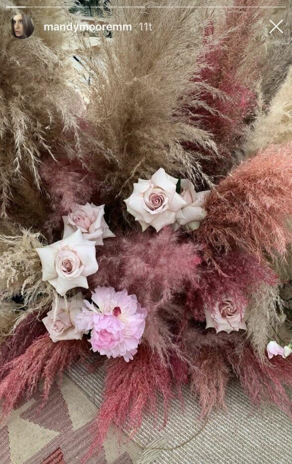 VAKRE BLOMSTER: Fargetonene i bryllupet gikk i rosa og lyse jordtoner. Foto: Skjermdump fra Mandy Moore/ Instagram Story