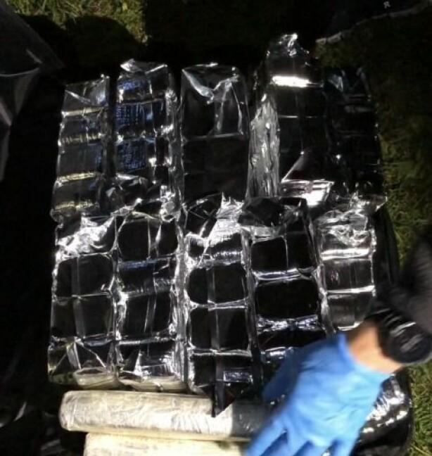 50 KILO HASJ: Det ble funnet 50 kilo hasj i flyet som landet på Kjeller. Foto: Tolletaten
