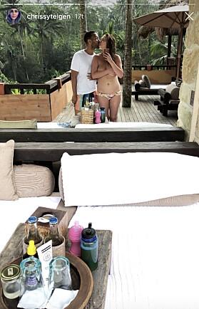 TØFF: Chrissy Teigen delte deretter et bilde av kroppen sin i helfigur mens hun kysser ektemannen John Legend. Hun ble hyllet for åpenheten. Foto: Instagram, skjermdump