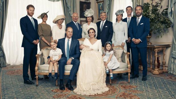 GJENGEN SAMLET: Den britiske kongefamilien samlet til fotografering i anledning dåpen til Kate og Williams sistefødte, lille prins Louis. Foto: NTB Scanpix