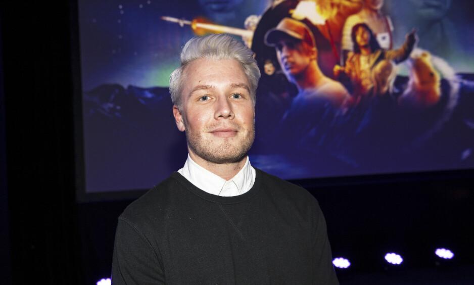 FARGET HÅRET: I to år har komiker Herman Flesvig hatt hvitt hår. I torsdagens episode av «P3morgen» forklarer han hvorfor. Foto: Andreas Fadum / Se og Hør